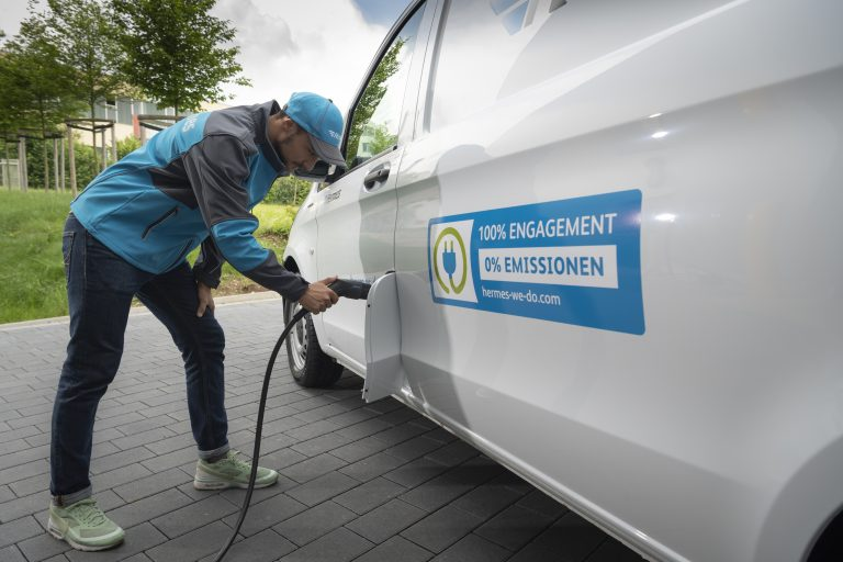 A Mercedes-Benz eVito at a charging station (Photo: Mercedes-Benz Vans)  emobility e-mobility electric transporter delivery van zero emission