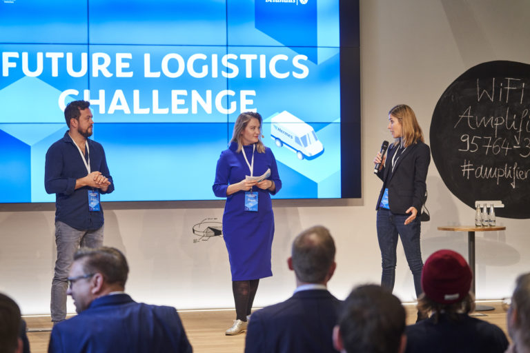 Artur Hasselbach, Head of New Business Development at Volkswagen Nutzfahrzeuge, and Susanne Brand (re.), Head of Innovations at Hermes Europe during the introduction of the finale of the Future Logistics Challenge 2019.