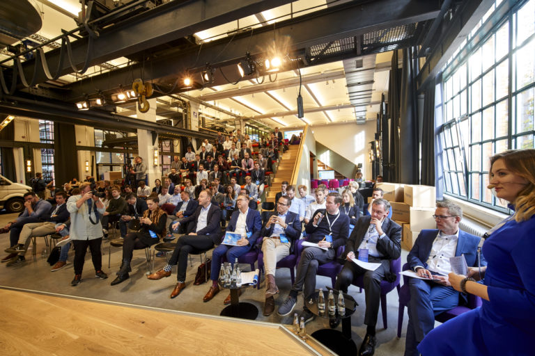 Audience and jury closely monitored the pitches of the 8 finalists of the Future Logistics Challenge 2019 in Berlin.hermes europe; volkswagen commercial vehicles; innovation;