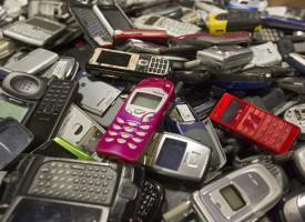 Laut Gesetz müssen Händler für Elektro- und Elektronikgeräte alte Fernseher, Waschmaschinen aber auch kaputte Handys oder Toaster zurücknehmen. (Foto: mauritius images)