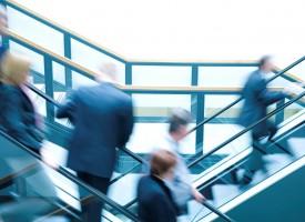 Vor allem Firmenkunden vertrauen bei Geldgeschäften immer noch eher klassischen Bankangestellten als Start-up-Unternehmen mit einer schicken App. (Foto: Getty Images)