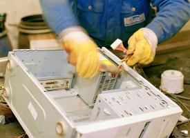 Der Elektrofachhandel sowie die Musikindustrie in Zukunft Mitarbeiter abstellen müssen, um den elektronischen Schrott zu sortieren. Wertvolle Stoffe müssen inbeim öffentlich-rechtlichen Entsorgungsträger ausgebaut, die giftigen Flüssigkeiten abgesaugt un die Gehäuse geschreddert werden. (Foto: ddp images)