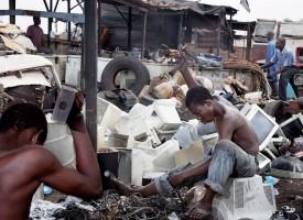 Mit dem neuen Elektrogerätegesetz, das am 1. Oktober in Kraft tritt, soll der illegale Schrottexport nach Afrika eingedämmt werden. Kritiker bezweifeln dies. (Foto: laif)