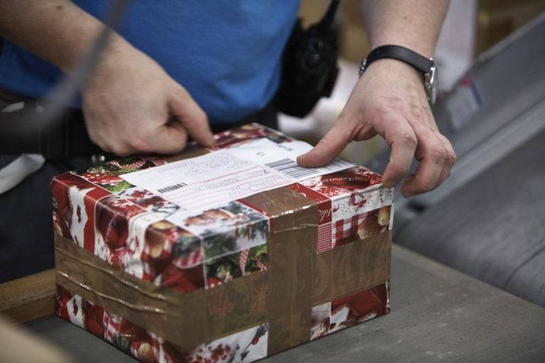 Sortierung von Weihnachtspaketenim Logistik-Center Langenhagen. (Foto: Hermes)  weihnachten xmas pakete paketboom geschenke päckchen christmas