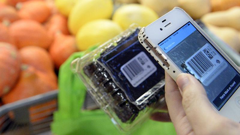 Bei Instacart scannen die Einkäufer mit ihrem Smartphone den Barcode der Produkte, die sie für die Onlinekunden zusammensuchen. (Foto: Getty Images)