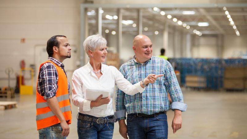 Betriebsleiterin Yvonne Edler bespricht sich mit ihrem Teamchef Admir Sasic und Abteilungsleiter Marco Henke. (Foto: Oliver Windus)