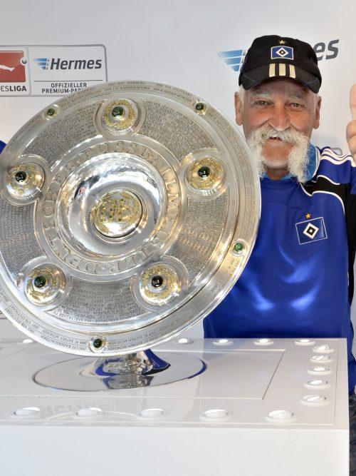 Daumen hoch für die Bundesliga: HSV-Fan bei der Hermes Fan Tour in Hamburg. (Foto: Hermes)