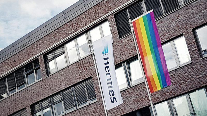 Gleichstellung für LGBT: Anlässlich des HAMBURG PRIDE 2016 hat Hermes am Headquarter in Hamburg die Regenbogenflagge als Zeichen der Solidarität gehisst. (Foto: Ingo Bertram/Hermes)