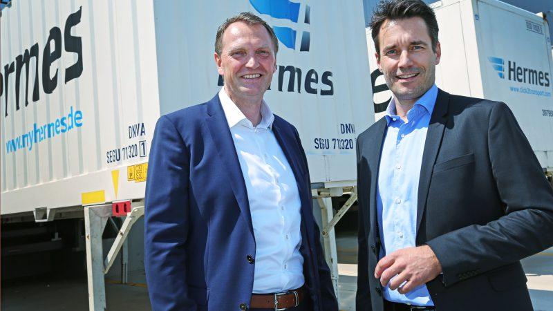 Carsten Meinders (l.), Geschäftsführer beim Hermes Einrichtungs Service und Peter Schafleitner, Direktor und Regionalleiter Mitte bei Gebrüder Weiss, freuen sich auf eine erfolgreiche Zusammenarbeit.