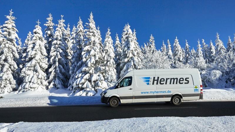 Ein Lieferwagen von Hermes fährt an einem Wintertag durch den Harz. (Foto: Hermes)