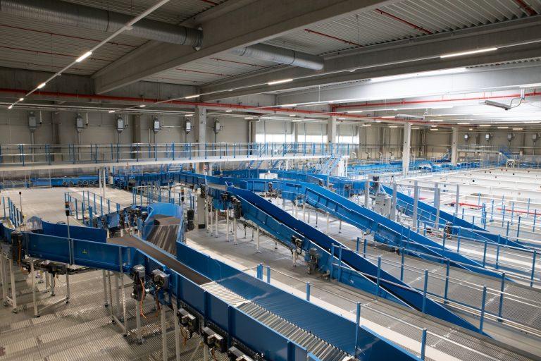 Das neue Logistik-Center in Graben kann sofort über 100.000 Sendungen pro Tag verarbeiten.