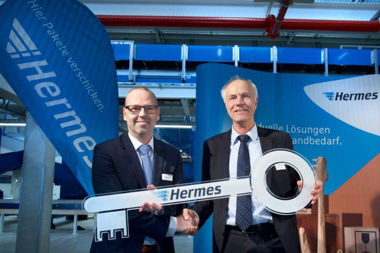 Markus Hobein empfängt den symbolischen Schlüssel von Thomas Perschel (ECE). (Foto: Hermes)