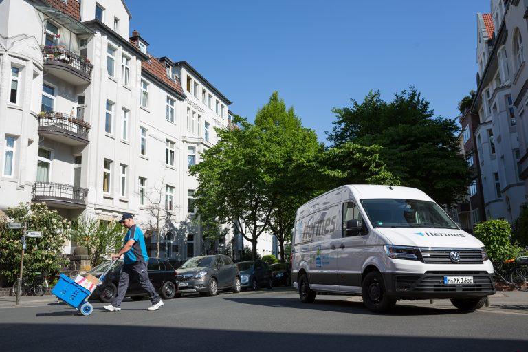 Zustellung mit einemVW e-Crafter in Hannover. (Foto: Hermes)transporter sprinter volkswagen bote zusteller
