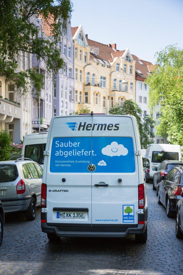 VW e-Crafter von Hermes bei der Zustellung in einem Wohngebiet in Hannover. (Foto: Hermes)transporter sprinter volkswagen