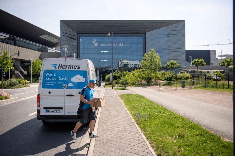 VW e-Crafter am Messegelände in Frankfurt. (Foto: Hermes)  transporter sprinter volkswagen bote zusteller
