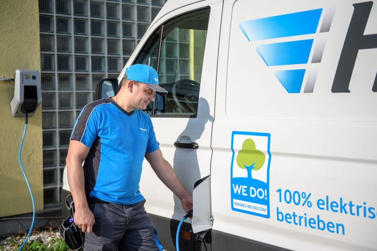 Ein elektrisch betriebener VW e-Crafter wird am Hermes Depot Frankfurt mit Strom geladen. (Foto: Hermes)  elektromobilität transporter lieferwagen fahrzeug paketzustellung ladesäule ladestation ladeinfrastruktur volkswagen zusteller bote