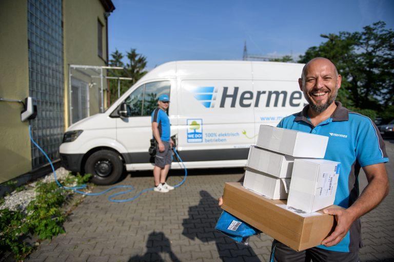 Zusteller von Hermes vor einem elektrisch betriebenem VW e-Crafter am Depot Frankfurt. (Foto: Hermes)  elektromobilität transporter lieferwagen fahrzeug paketzustellung citylogistik innenstadt volkswagen bote mitarbeiter