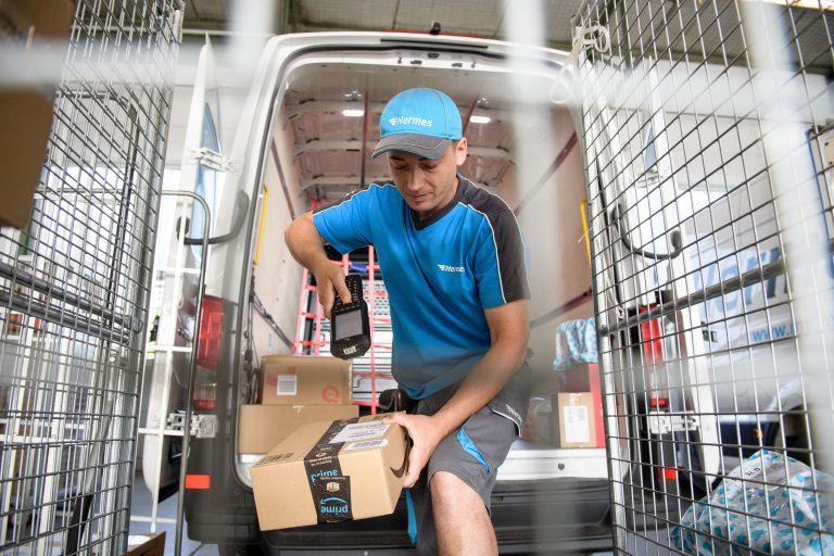 Am Hermes Depot Frankfurt belädt ein Bote seinenelektrisch betriebenem VW e-Crafter. (Foto: Hermes)  elektromobilität transporter lieferwagen fahrzeug paketzustellung citylogistik innenstadt volkswagen zusteller niederlassung