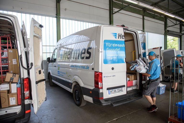 Ein elektrisch betriebener VW e-Crafter wird am Hermes Depot in Frankfurt beladen. (Foto: Hermes)  elektromobilität transporter lieferwagen fahrzeug paketzustellung citylogistik innenstadt volkswagen