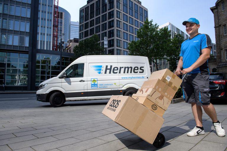 Paketzustellung mit elektrisch betriebenem VW e-Crafter in Frankfurt. (Foto: Hermes)  elektromobilität transporter lieferwagen fahrzeug paketzustellung citylogistik innenstadt volkswagen