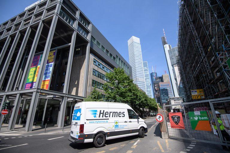 Elektrisch betriebener VW e-Crafter von Hermes auf Zustelltour in Frankfurt. (Foto: Hermes)  elektromobilität transporter lieferwagen fahrzeug paketzustellung citylogistik innenstadt