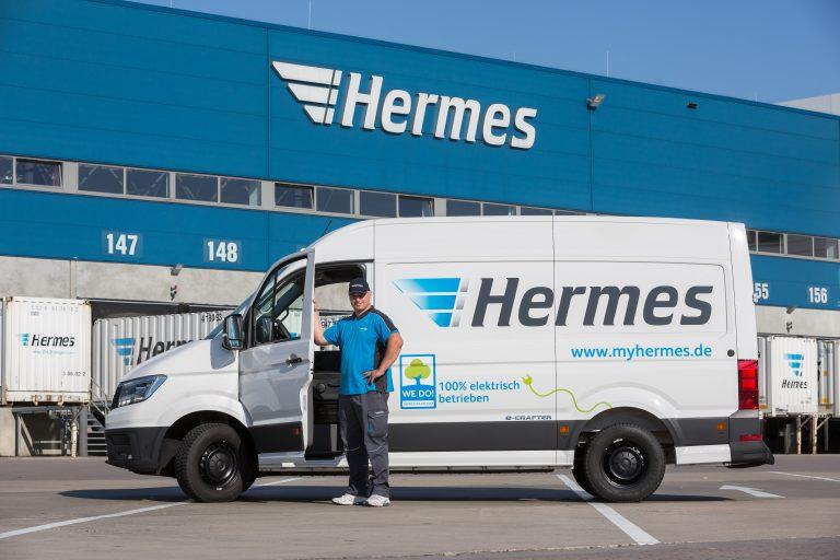 Elektrisch betriebener VW e-Crafter von Hermes mit Zusteller am Logistik-Center Langenhagen. (Foto: Hermes)  elektromobilität transporter lieferwagen fahrzeug paketzustellung lc bote