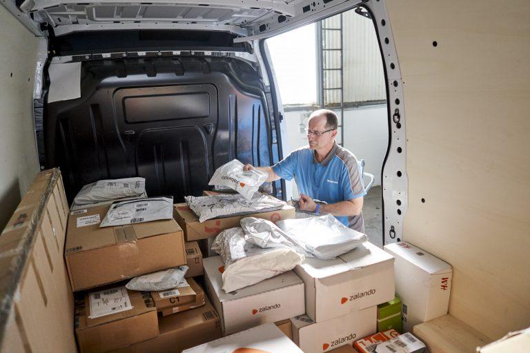 Vorbereitung einer Zustelltour am Morgen an der Hermes Zustellbasis Rostock (Foto: Hermes)zustellbasis rostock zustellung paketsortierung