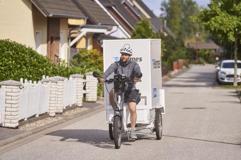 Lastenradzusteller im Rostocker Stadtteil Evershagen (Foto: Hermes)lastenrad cargobike rostock zusteller