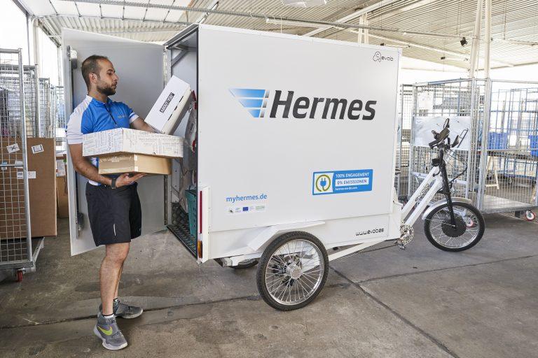 Beladung eines evolo Lastenrads an einer Zustellbasis in Rostock (Foto: Hermes)
