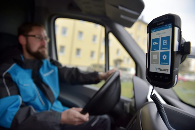 Ein Hermes Paketzusteller fährt seine Tour mit der aktuellsten Scannertechnik.zusteller scanner handscanner