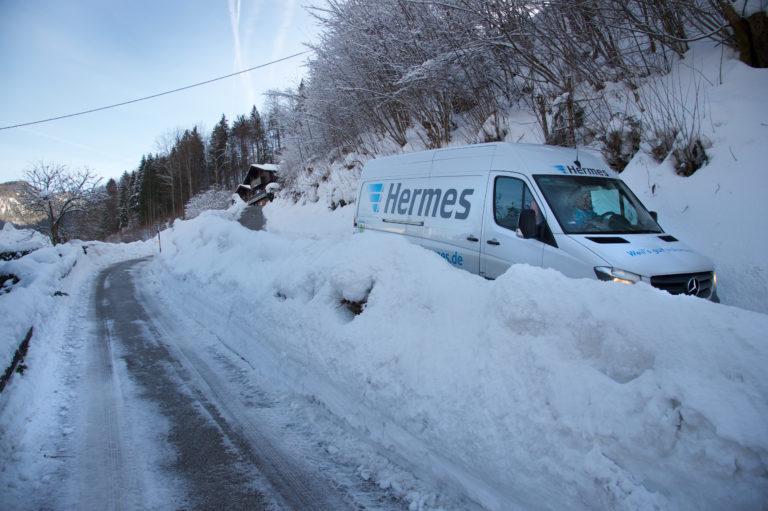 Hermes-Transporter auf Zustelltour in Süddeutschland (Foto: Hermes)Transporter pakettransporter fahrzeug zustellung winter schnee süddeutschland