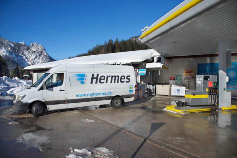 Pakettransporter auf Zustelltour an einem von bundesweit über 15.000 PaketShops von Hermes (Foto: Hermes)