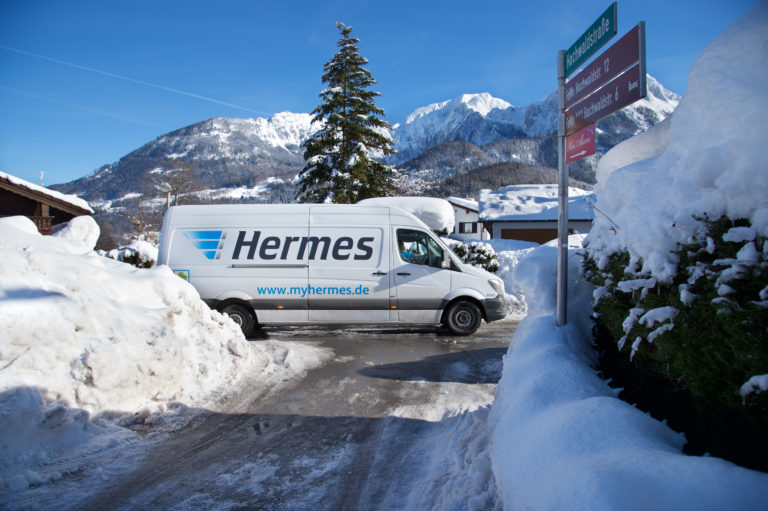 Paketzustellung im winterlichen Süddeutschland (Foto: Hermes)Transporter paketzustellung zustellung winter schnee