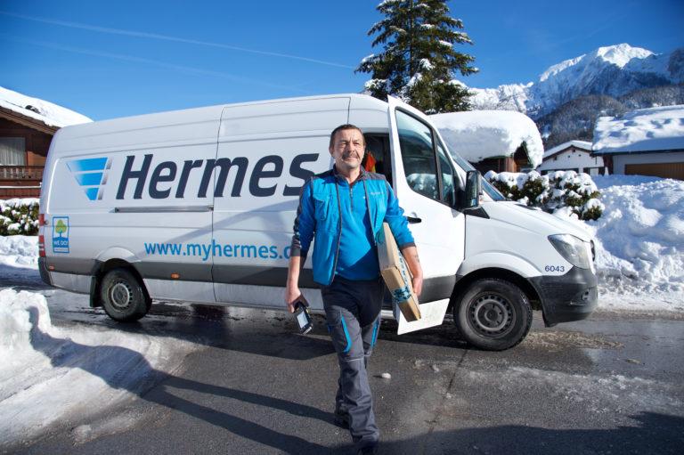 Zusteller auf seiner Tour im winterlichen Süddeutschland (Foto: Hermes)zusteller zustellung transporter winter schnee scanner handscanner letzte meile haustürzustellung