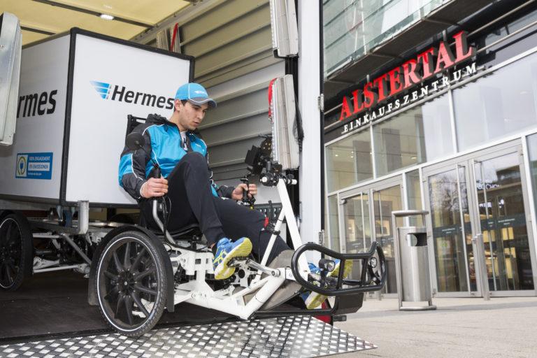 Hermes testet derzeit ein mobiles Mikrohub in Hamburg. Die Zustellung erfolgt von dort aus per Lastenrad. (Foto: Hermes)    e-mobilität, mobiles mikrohub, zustellung, lastenrad, emissionsfrei