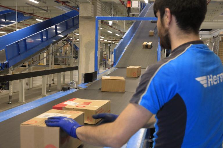 Mitarbeiter des neuen Hermes Logistik-Centers in Hamburg Billbrook bei der Paketsortierung. (Foto: Hermes)    logistikcenter; paketzentrum; verteilzentrum; sortierzentrum; förderband; sorter; technik; standort