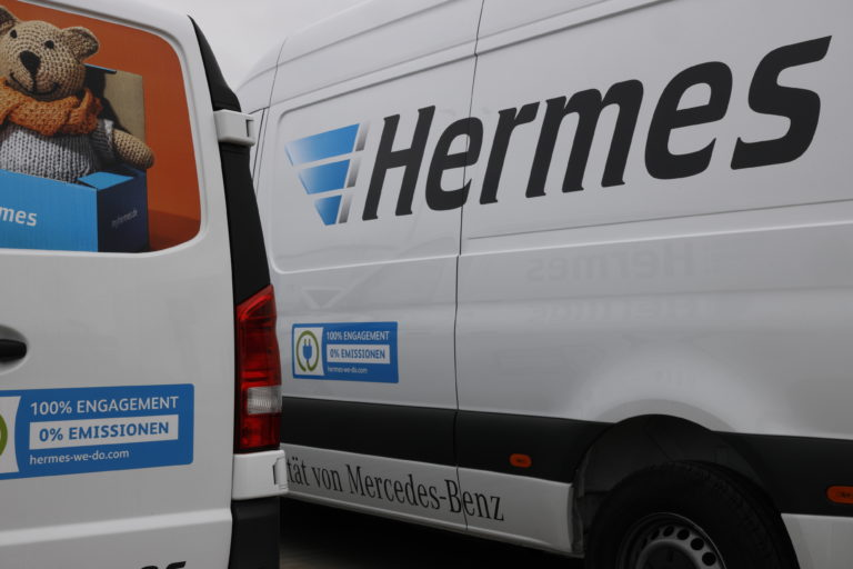 Elektrofahrzeuge von Mercedes-Benz Vans vor dem Hermes Logistik-Center Hamburg. (Foto: Hermes)    e-fahrzeuge; e-sprinter; e-vito; mercedes-benz; daimler; van; ladeinfrastruktur; ladesäule; elektroantrieb; e-mobilität; e-mobilität; elektromobilität