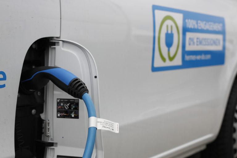 Vor dem Hermes Logistik-Center in Hamburg wird ein Elektrofahrzeug geladen. (Foto: Hermes)    e-fahrzeuge; e-sprinter; e-vito; mercedes-benz; daimler; van; ladeinfrastruktur; ladesäule; elektroantrieb; e-mobilität; e-mobilität; elektromobilität