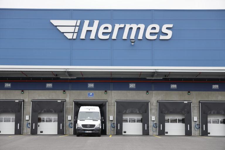 Ladetore am neuen Hermes Logistik-Center in Hamburg Billbrook. (Foto: Hermes)    logistikcenter; paketzentrum; verteilzentrum; sortierzentrum; technik; standort; außenansicht; sprinter; tor; ladetore
