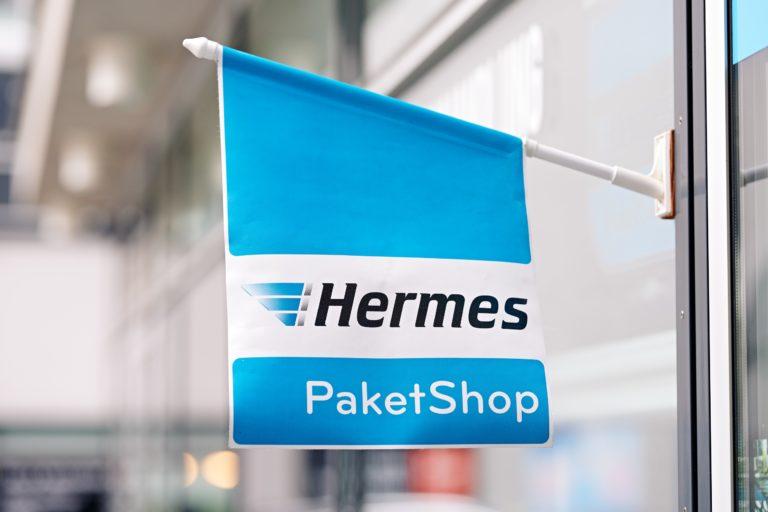 Hermes PaketShop. (Foto: Hermes/Willing-Holtz)  PaketShop; Flagge; POS