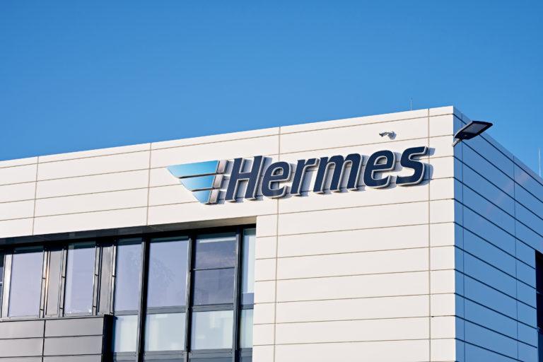 Außenaufnahme des Hermes Logistik-Centers in Mainz (Foto: Hermes/Willing-Holtz)  Logo; Außenwand; Logistikzentrum; Schriftzug; Makenzeichen