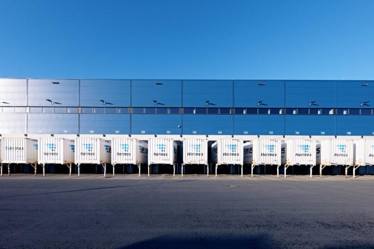 Außenaufnahme des Hermes Logistik-Centers in Mainz (Foto: Hermes/Willing-Holtz)  Logistikzentrum; Container; Hof; Wechselaufbaubrücken; Tore; Beladetore