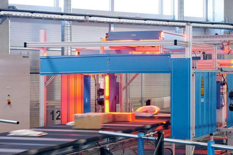 Scanner im Hermes Logistik-Center Mainz (Foto: Hermes/Willing-Holtz)  Laser; Paketzentrum; Sortierzentrum; Logistikzentrum; Verteilzentrum; Pakete; Sendungen; Fließband; Technologie; Technik; sortieren