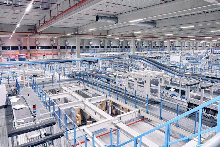 Innenaufnahme des Hermes Logistik-Centers in Mainz (Foto: Hermes/Willing-Holtz)  Technologie; Technik; Sortierzentrum; Verteilzentrum; Anlage; Halle; Fließband; Paketzentrum; Pakete;