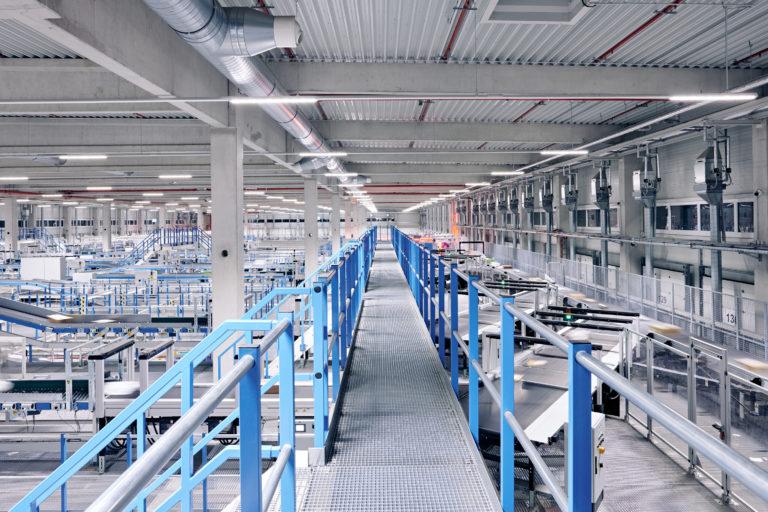 Innenaufnahme des Hermes Logistik-Centers in Mainz (Foto: Hermes/Willing-Holtz)  Technologie; Technik; Sortierzentrum; Verteilzentrum; Anlage; Halle; Fließband; Paketzentrum; Pakete