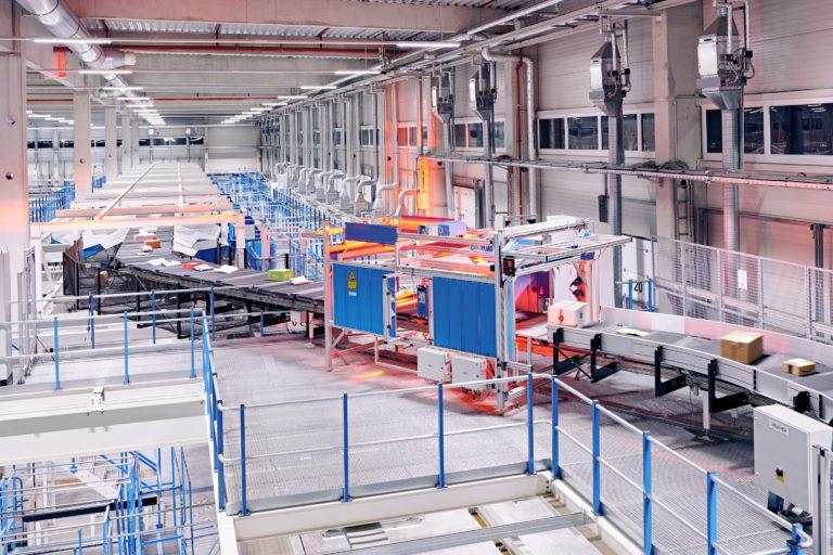 Innenaufnahme des Hermes Logistik-Centers in Mainz (Foto: Hermes/Willing-Holtz)  Technologie; Technik; Sortierzentrum; Verteilzentrum; Anlage; Halle; Fließband; Paketzentrum; Pakete; Scanner; Laser
