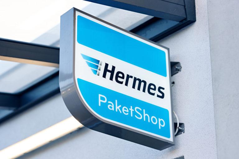 Schild an einem Hermes PaketShop (Foto: Hermes/Willing-Holtz)  Logo; Zeichen; Shop; Abgabestelle; Annahmestelle; Werbemittel
