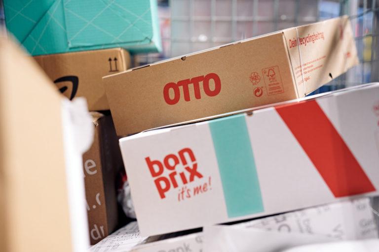 Pakete in einem Hermes Verteilzentrum (Foto: Hermes/Willing-Holtz)  Karton; Kartonage; Päckchen; Paket; Sendung; Stapel; Auftraggeber; OTTO; Bonprix
