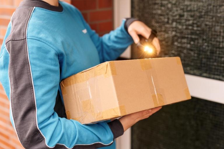 Hermes Mitarbeiterin scannt ein Paket (Foto: Hermes/Willing-Holtz)    Paket; Päckchen; Zustellung; Bote; Paketzusteller; Lieferant; Karton; Sendung; Lieferung; Haustür; Scanner; Technologie
