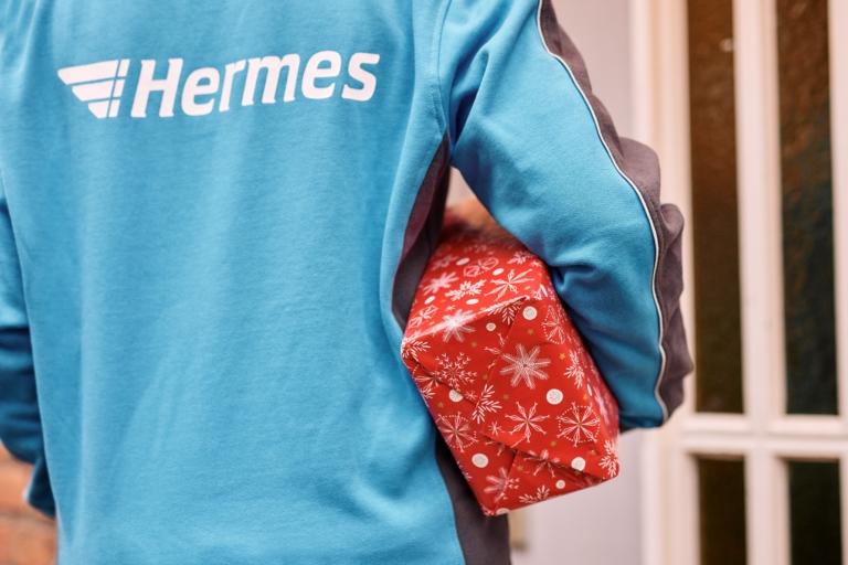 Weihnachtliches Paket (Foto: Hermes/Willing-Holtz)   Weihnachten; Peak; Geschenk; Präsent; Geschenkpapier; Paket; Päckchen; Zustellung; Bote; Paketzusteller; Lieferant; Karton; Sendung; Lieferung